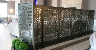 Decorative mirror screens creating flexible privacy areas